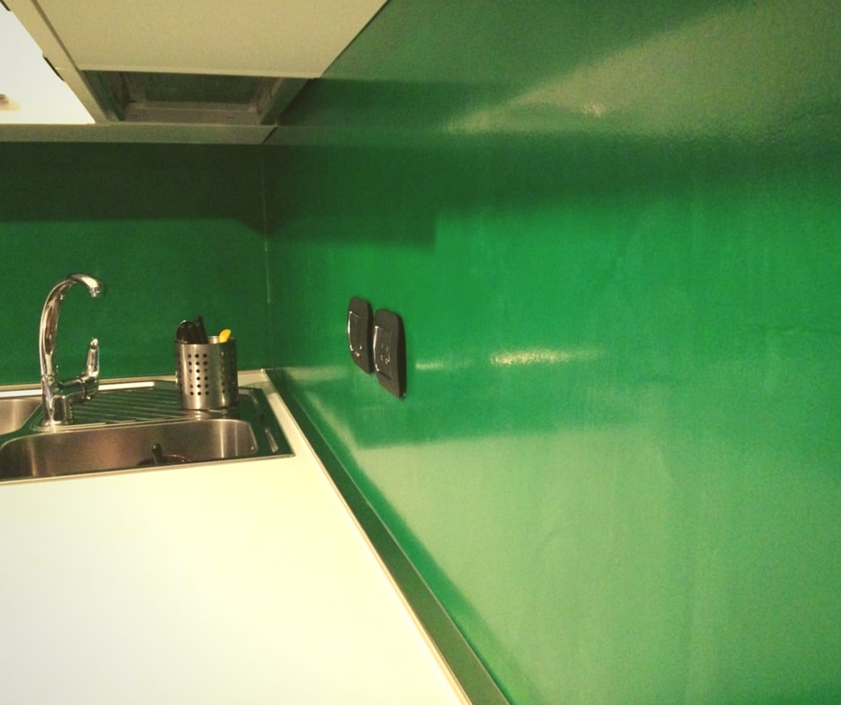 I rivestimenti in resina epossidica sono i più usati per le pareti interne, perché offrono una maggiore scelta di finiture e colori, sono più facili da. Rivestimento Cucina In Resina Pavimenti Pareti Top Cucina