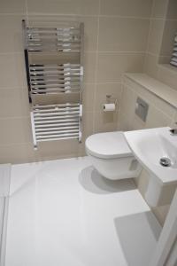 En-Suite Bathroom White Resin Floor - Poured resin and ...