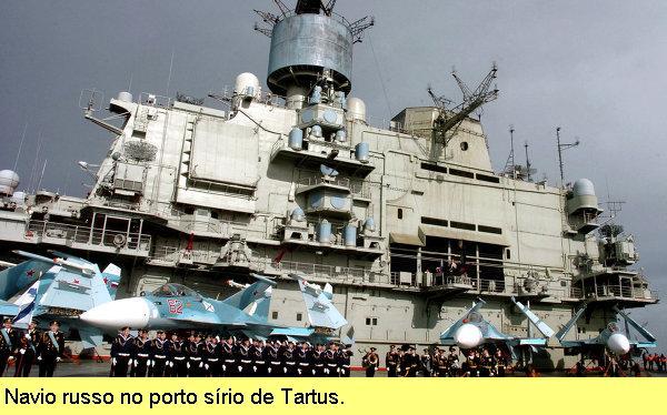 Navio russo atracado em Tartus.