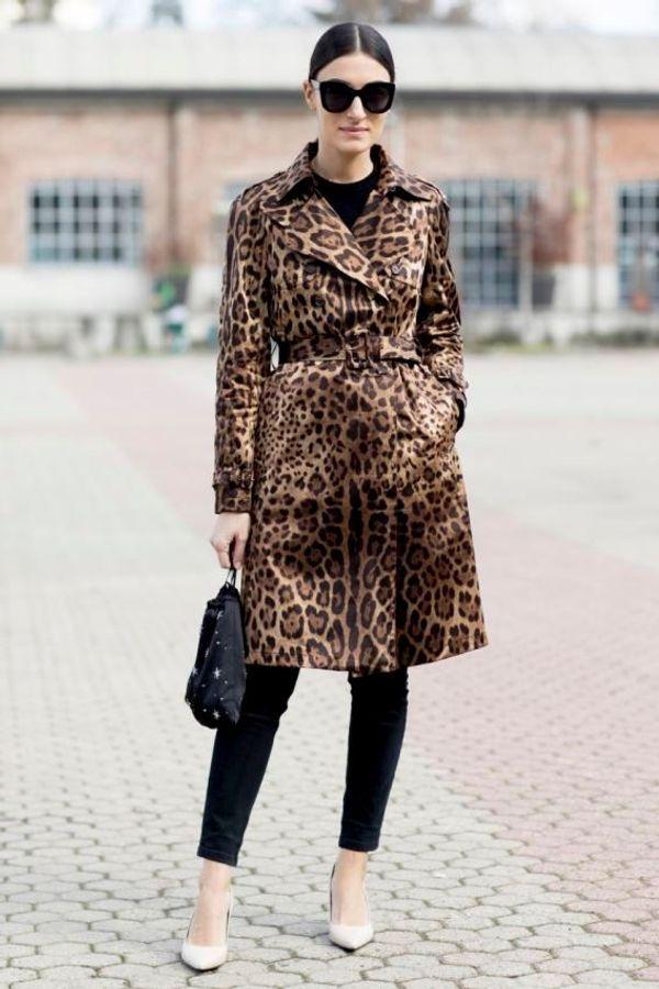 Una trincea di leopardo su un total black look