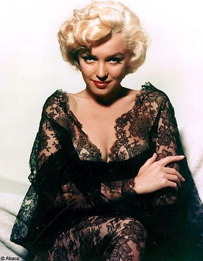 Marilyn, dans une robe en dentelle