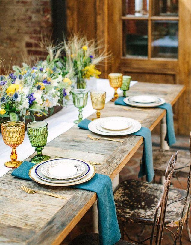 une decoration de table d ete pop grace a la vaisselle coloree