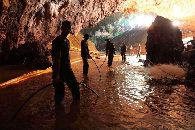 Des sauveteurs près de la grotte thaïlandaise dans laquelle cinq personnes sont encore coincées.