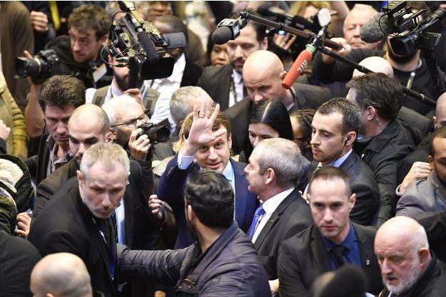 Emmanuel Macron victime dun jet doeuf
