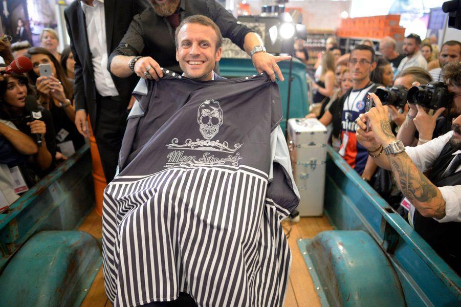 Au salon de la coiffure Emmanuel Macron nest pas rasoir