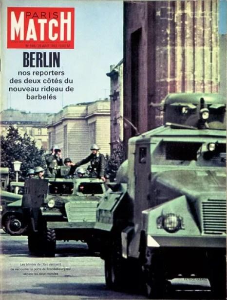 La construction du mur de Berlin, en couverture du Paris Match n°646, daté du 26 août 1961.
