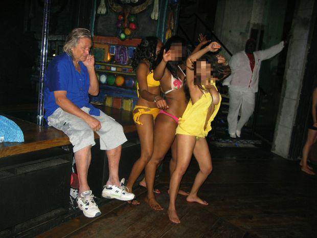 Dans le night-club du domaine, elles dansent juste pour lui. En 2007.