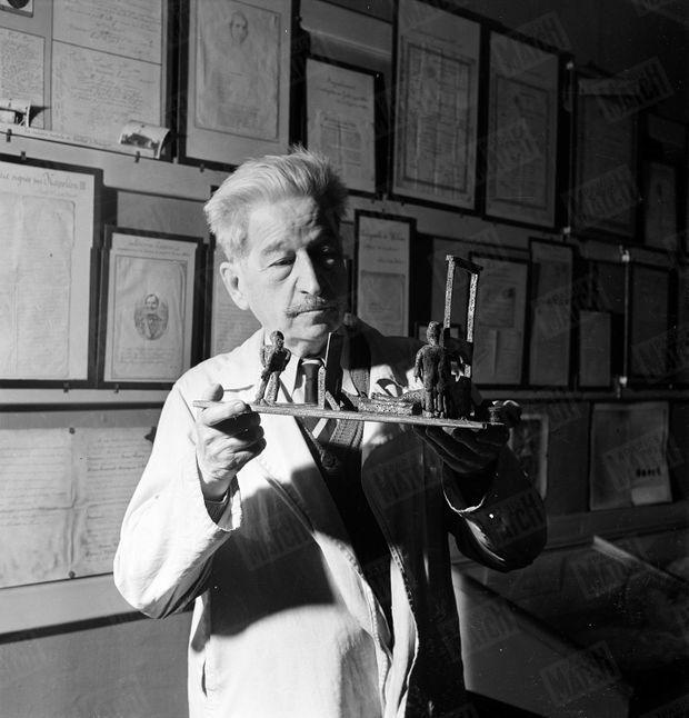 Le docteur Edmond Locard dans son laboratoire du palais de justice de Lyon, en janvier 1951.