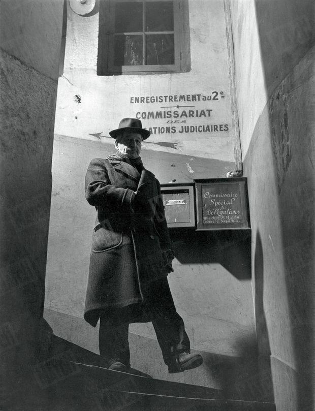 Le docteur Edmond Locard, quittant son laboratoire, dans les locaux du palais de justice de Lyon, en janvier 1951.
