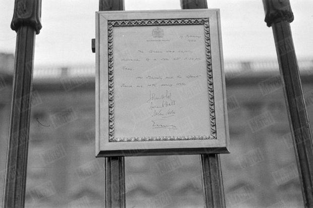 « A 16 h 35, un fonctionnaire du palais vint afficher l'annonce officielle de la naissance. » - Paris Match n°568, 27 février 1960