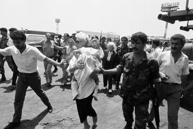 La libération des femmes et des enfants, lors de la prise d'otages du vol TWA 847, en juillet 1985.