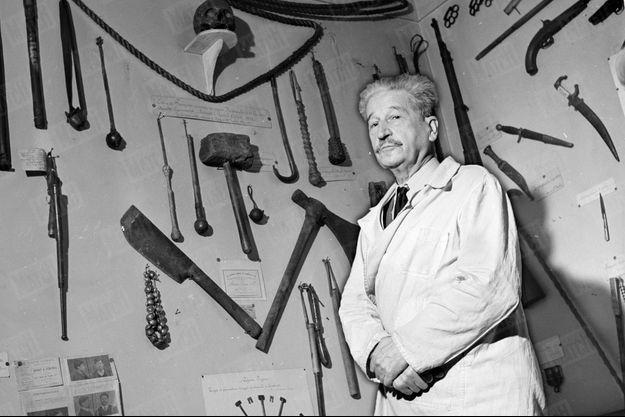 """« Au palais de Justice de Lyon, le docteur Locard présente son """"Musée du Crime"""" où il a rassemblé des centaines d'instruments ayant servi à des criminels. » - Paris Match n°99, 10 février 1951"""