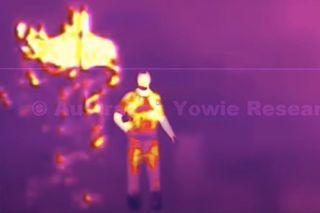 Une image tirée de la vidéo de Dean Harrison. A gauche, la créature qu'il dit avoir filmée avec sa caméra thermique comparée avec un humain pour souligner la différence de stature.