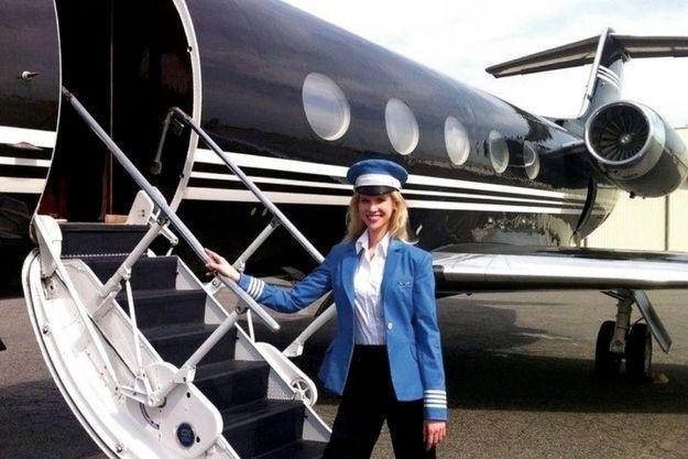Nadia Marcinkova, en tenue de commandant de bord, devant un Gulfstream, pour la promotion de sa société Aviloop