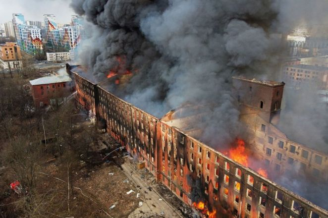 Un gigantesque incendie ravage une fabrique historique de Saint-Pétersbourg