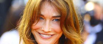 Jambes interminables bronzées et taille de guêpe, Carla Bruni s'affiche bombesque en maillot de bain à 53 ans