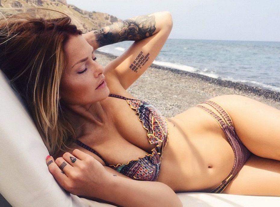 Photos  Caroline Receveur enceinte  Sublime en bikini elle dvoile un petit ventre arrondi