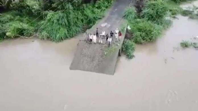 पुल टूटने की घटनाएं भी सामने आईं