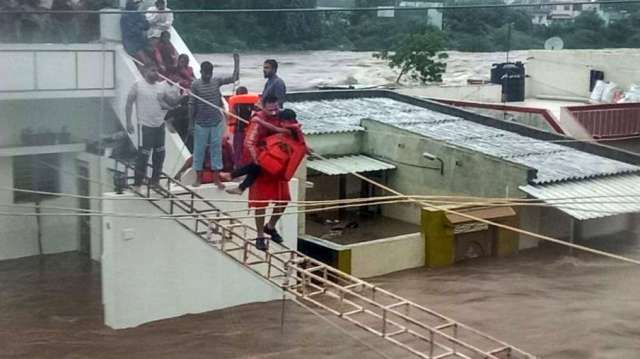 Rains batter Rajkot, Jamnagar in Guj; Over 200 people rescued, 7,000 shifted to safer places- India TV Hindi