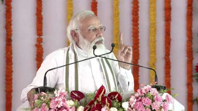 पीएम मोदी ने 'थपथपाई' सीएम योगी की पीठ, कहा-यूपी में अपराध करने से पहले 100 बार सोचता है अपराधी- India TV Hindi