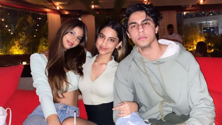 Shah Rukh Khan's kids Suhana, Aryan enjoy with cousin Alia Chhiba