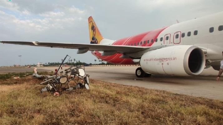 एयर इंडिया एक्सप्रेस की उड़ान गन्नवारा में विजयवाड़ा अंतर्राष्ट्रीय हवाई अड्डे पर उतरने के दौरान बिजली के पोल से टकराई