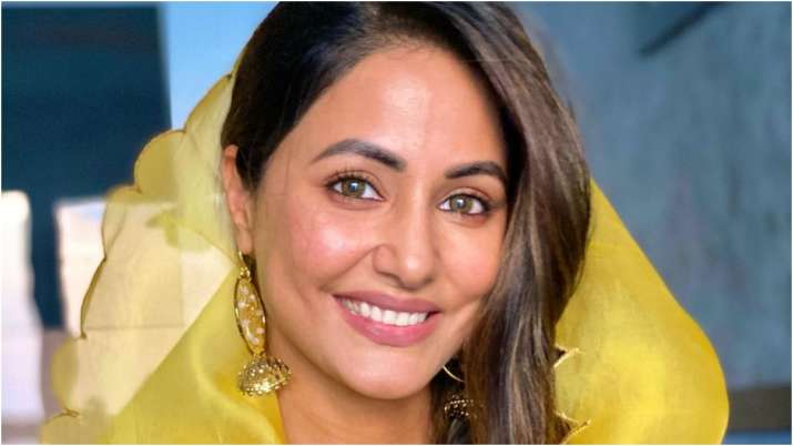 Hina Khan changes social media bio to 'Daddy's Strong Girl' in memory of her late father