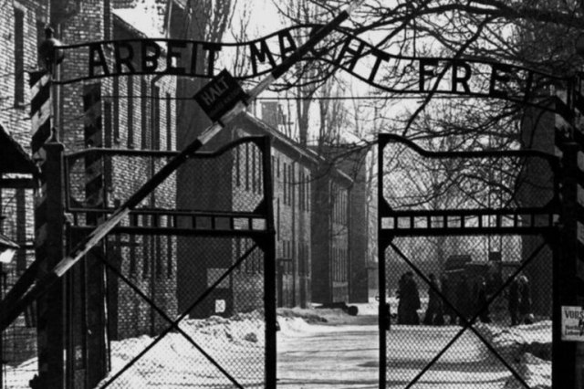 El 28 de mayo, en compañía de otros 320 prisioneros, Kolbe fue trasladado al campo de concentración de Auschwitz