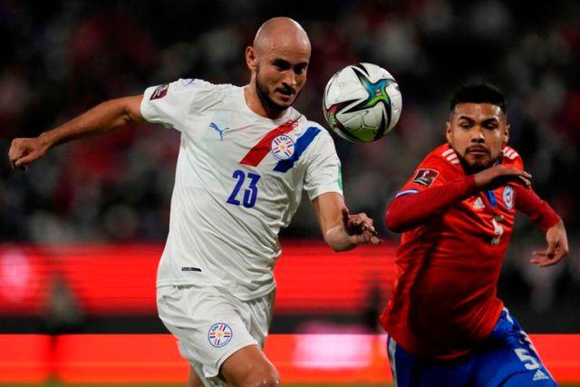Paulo Díaz, en la imagen marcando al paraguayo Carlos González, salió lesionado y tendría un período de inactividad en River.