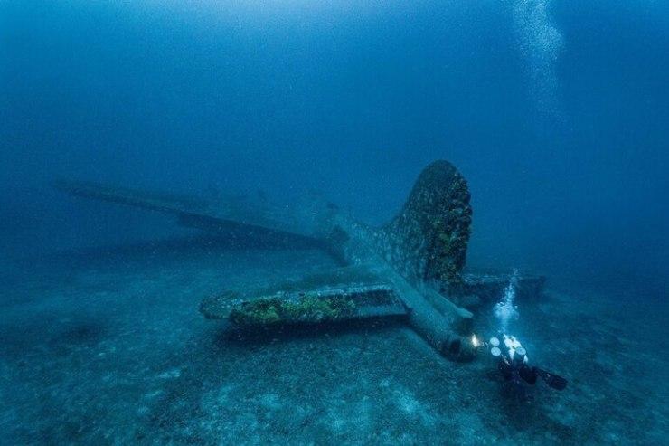 El fotógrafo asegura que esta nave caída durante la Segunda Guerra Mundial es la mejor conservada que se haya encontrado hasta el momento   Foto: Martín Strmiska / Caters News