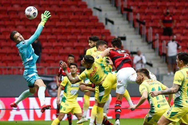 Gustavo Henrique se impone en la altura y de cabeza a punto estuvo de convertir para Flamengo
