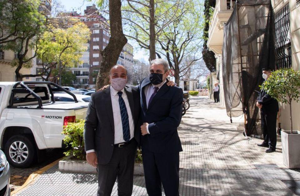 El jefe de Gabinete, Juan Manzur, y el ministro Aníbal Fernández esta tarde en la puerta de la cartera de Seguridad.