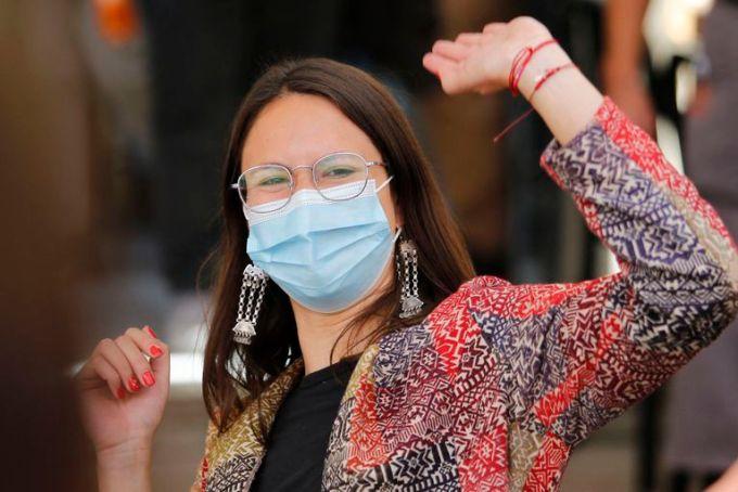 Iraci Hassler, la candidata a la alcaldía de Santiago por el Partido Comunista, celebrando su victoria