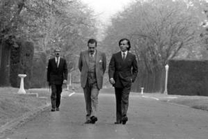 RAUL ALFONSIN Y CARLOS MENEM, CAMINAN POR OLIVOS EL 31/5/1989, , DONDE SE DECIDE QUE ALFONSIN DEJE EL GOBIERNO AL PRESIDENTE ELECTO.