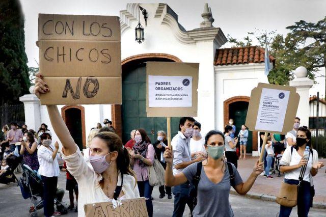 Protesta y bocinazos en la Quinta de Olivos por el cierre a las escuelas por la segunda ola de contagio por Covid-19
