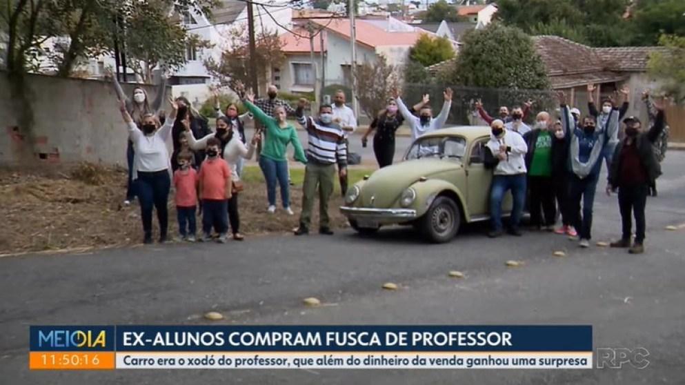 La alegría de los exalumnos de la Escuela Estatal Doña Carola, tras haber sorprendido a Marcelo Siqueira.
