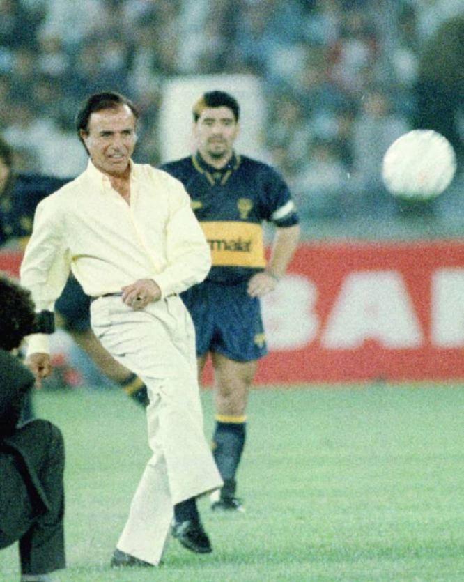 Carlos Menem hace el saque inicial en el partido amistoso disputado en Seúl entre el Boca Juniors y la selección nacional de Corea del Sur, el 30 de septiembre de 1995