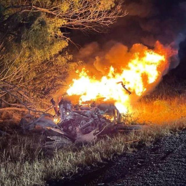 El auto de Gabriel Salazar finalizó en llamas tras despistarse de la autopista, chocar contra los árboles y volcar