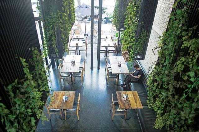 Todos estos espacios se pueden ver desde la vereda gracias a un paso que los une y a un planteo transparente, casi sin paredes.