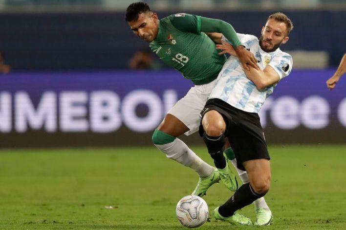 El Papu lucha por un balón, durante el partido entre Argentina y Bolivia