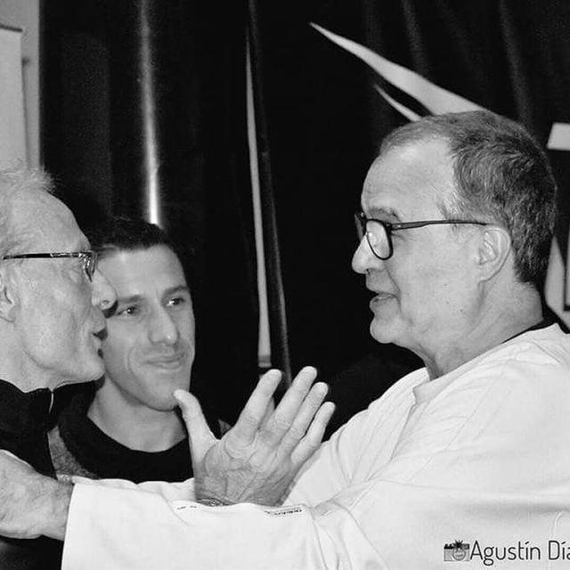 Charlando con Marcelo Bielsa, junto a Maxi Rodríguez.