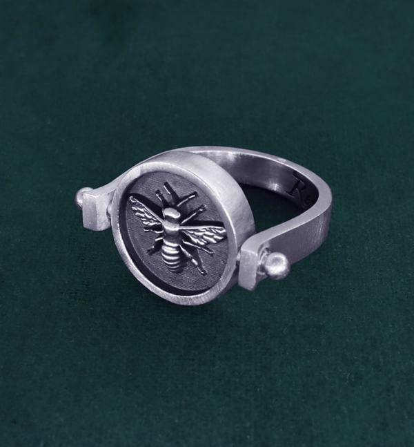 Rotating round ring with bee inspired by d'a jewel d'Ancient Egypt in sterling silver made in France side view | Res Mirum