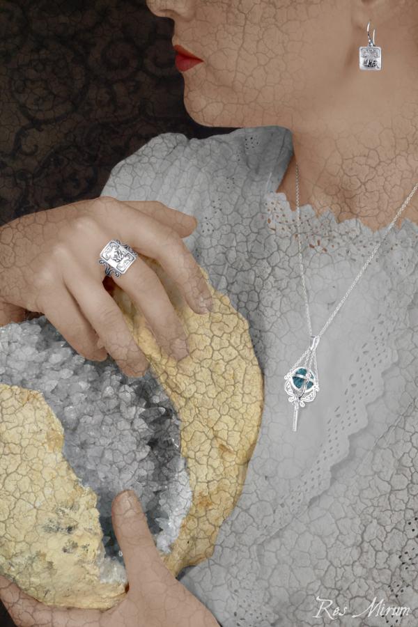 Pendentif pierre brute enfermée dans une cage, boucles d'oreilles carrées rose des sables & bague cristaux de quartz en argent 1er titre | Res Mirum