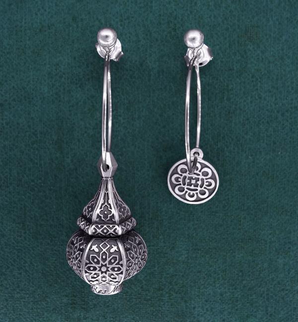 Boucles d'oreilles asymétriques inspirées des lanternes orientales sur créoles en argent 925 | Res Mirum