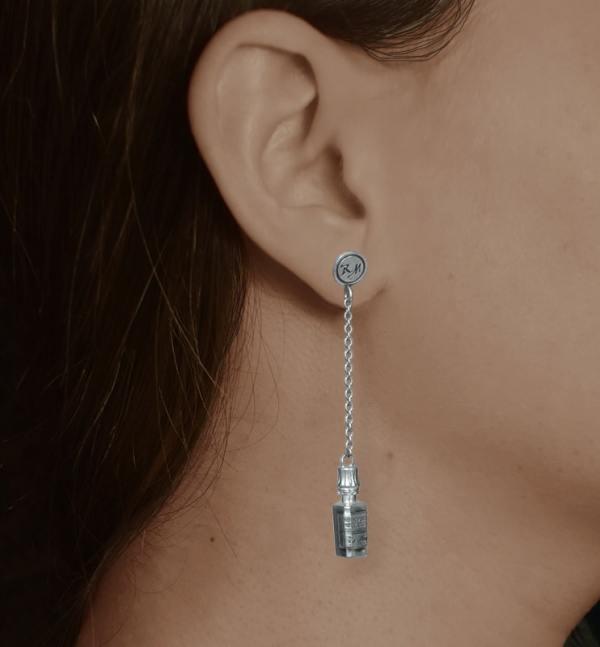Boucles d'oreilles mini flacons d'apothicaire asymétriques portées, en argent massif fabriquées en France | Res Mirum