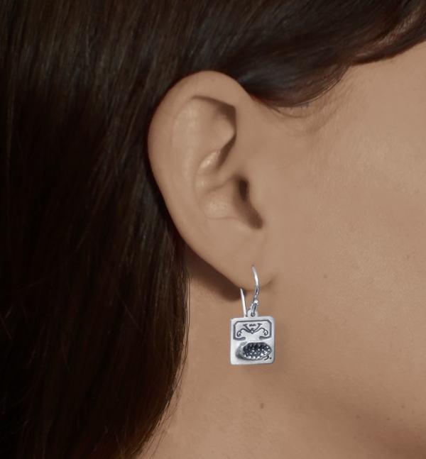 Boucles d'oreilles carrées avec mini géode et rose des sables en argent massif fabriqué artisanalement portées | Res Mirum