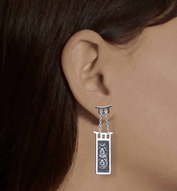 Boucles d'oreilles forme pagode et motifs d'acanthe dans l'esprit des boudoirs anciens made in France portées | Res Mirum