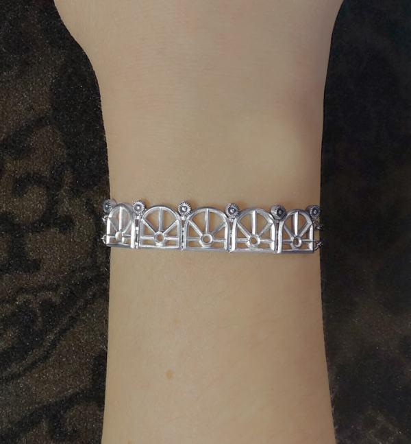 Bracelet à motifs architecturaux d'orangerie ancienne sur chaîne en argent massif fabriqué artisanalement porté | Res Mirum