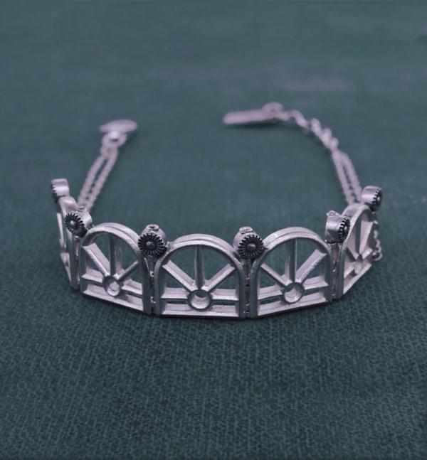 Bracelet à motifs architecturaux d'orangerie ancienne sur chaîne en argent massif fabriqué artisanalement vue face | Res Mirum