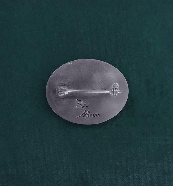 Broche ovale avec un scarabée lucane cerf-volant fabriqué artisanalement en France vue dos | Res Mirum